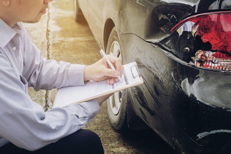 KFZ-Sachverständiger / KFZ-Gutachter bei einem Autounfall